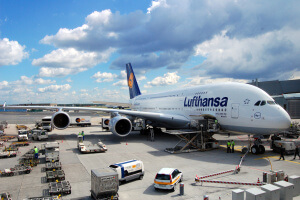 Airbus_A380-800_of_Lufthansa_in_Frankfurt_Germany_-_Aircraft_ground_handling_at_FRA_EDDF